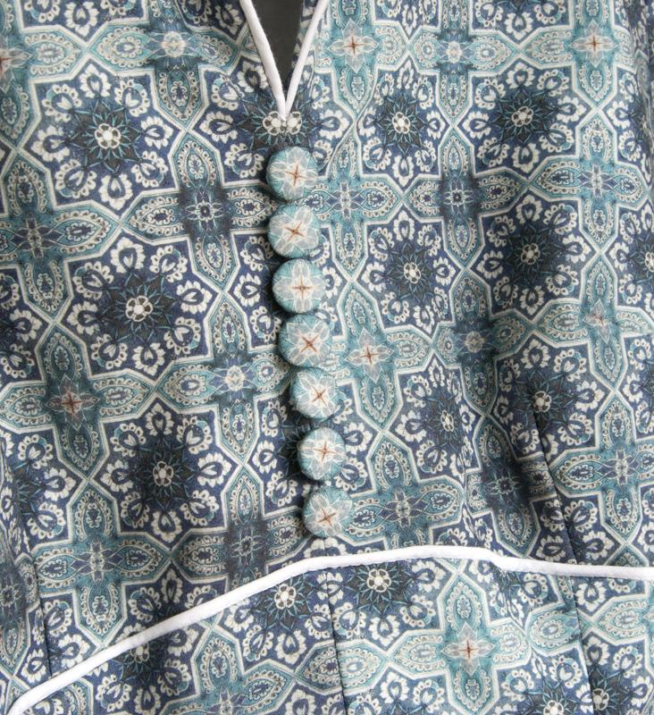 Stoffbezogene Knöpfe am selbstgenähten Kleid nach Butterick 6018