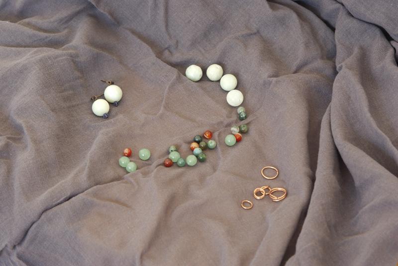 Perlen aus Halbedelsteinen und Kupfer um Ohrringe zu basteln