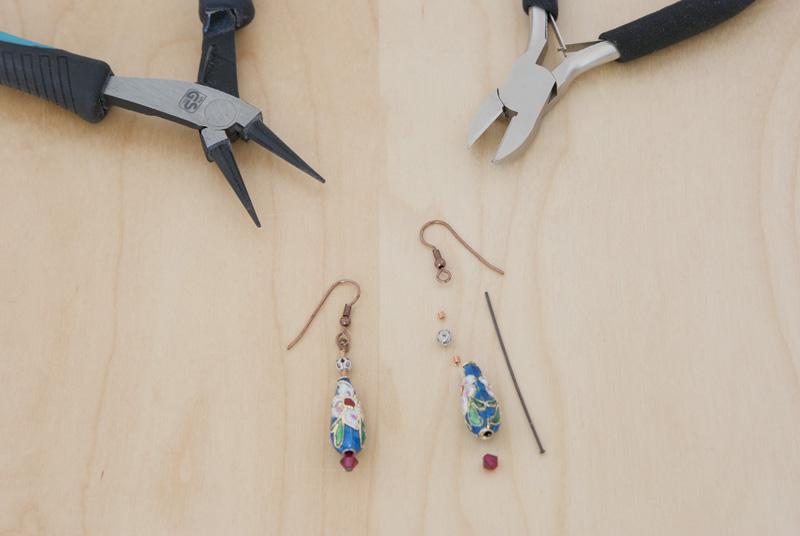 Ohrringe einfach selbermachen: Kristalle und Perlen auf Nietstifte fädeln und mit einer Öse an Fischerhaken befestigen.