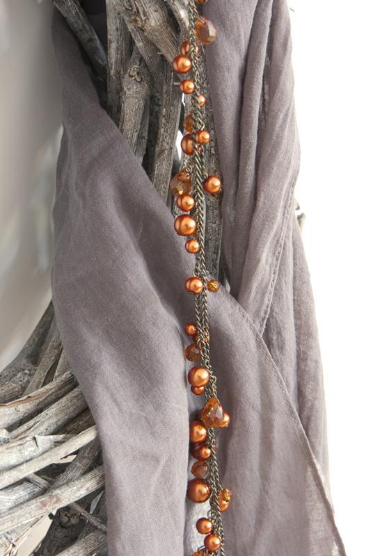 Halstuch mit schmalem Saum aus Stoffresten nähen und mit passender Kette kombinieren.