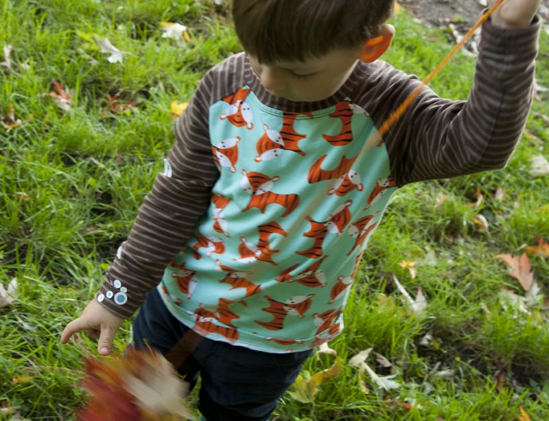 Bunte Herbstblätter zu einer Girlande auffädeln